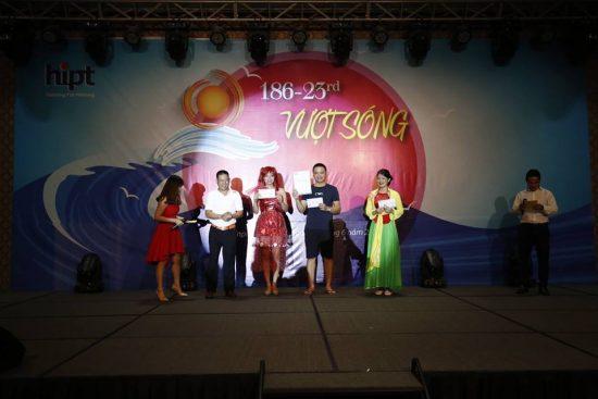 Đại diện các nhóm dự án xuất sắc 6 tháng đầu năm nhận thưởng tại đêm Gala 186-23rd