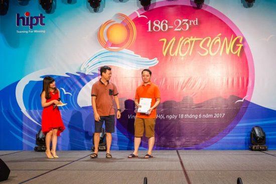 Anh Nguyễn Tuấn Dương đại diện Nhóm Dự án lên nhận phần thưởng.